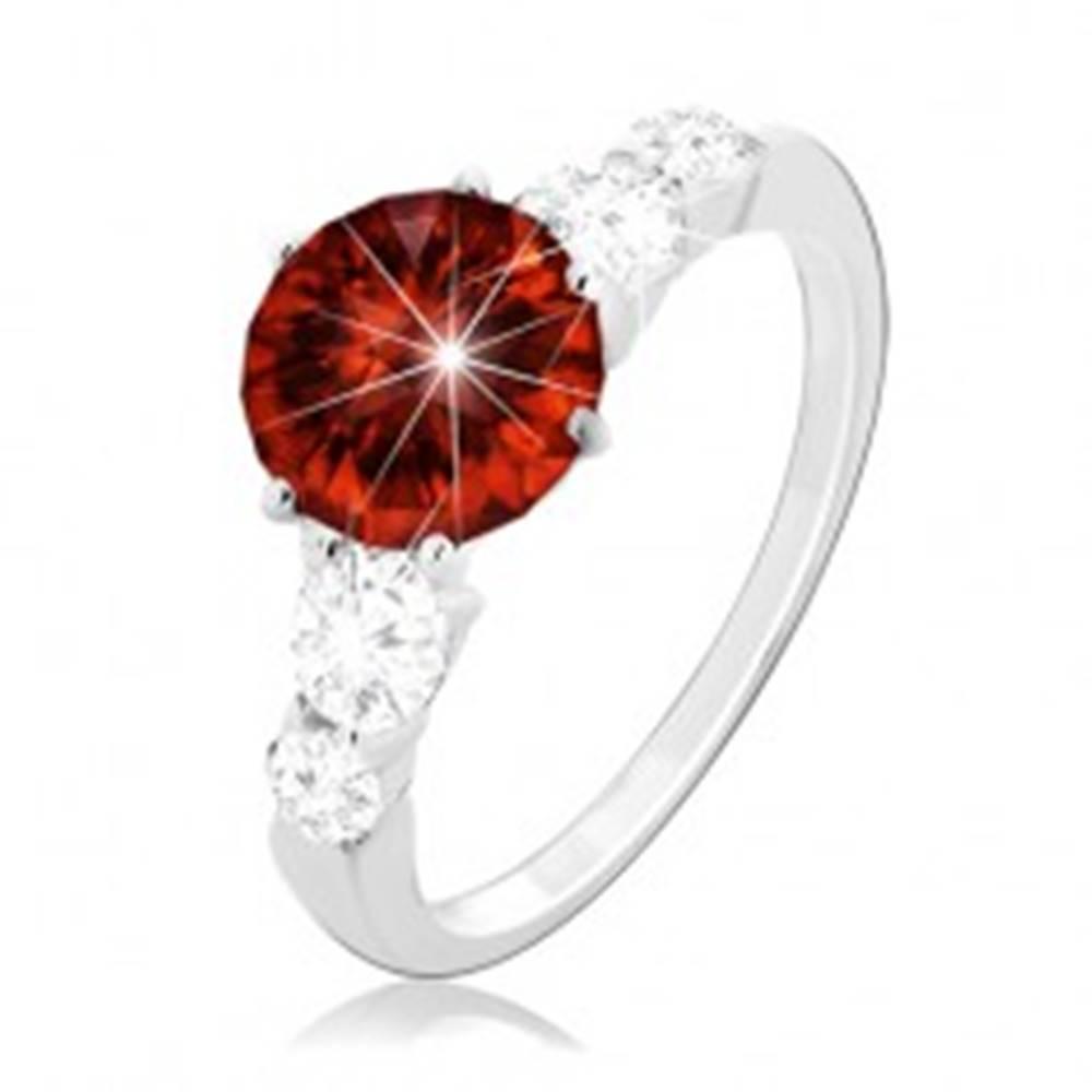 Šperky eshop Strieborný prsteň 925, okrúhly červený zirkón a číre zirkóny na ramenách - Veľkosť: 49 mm