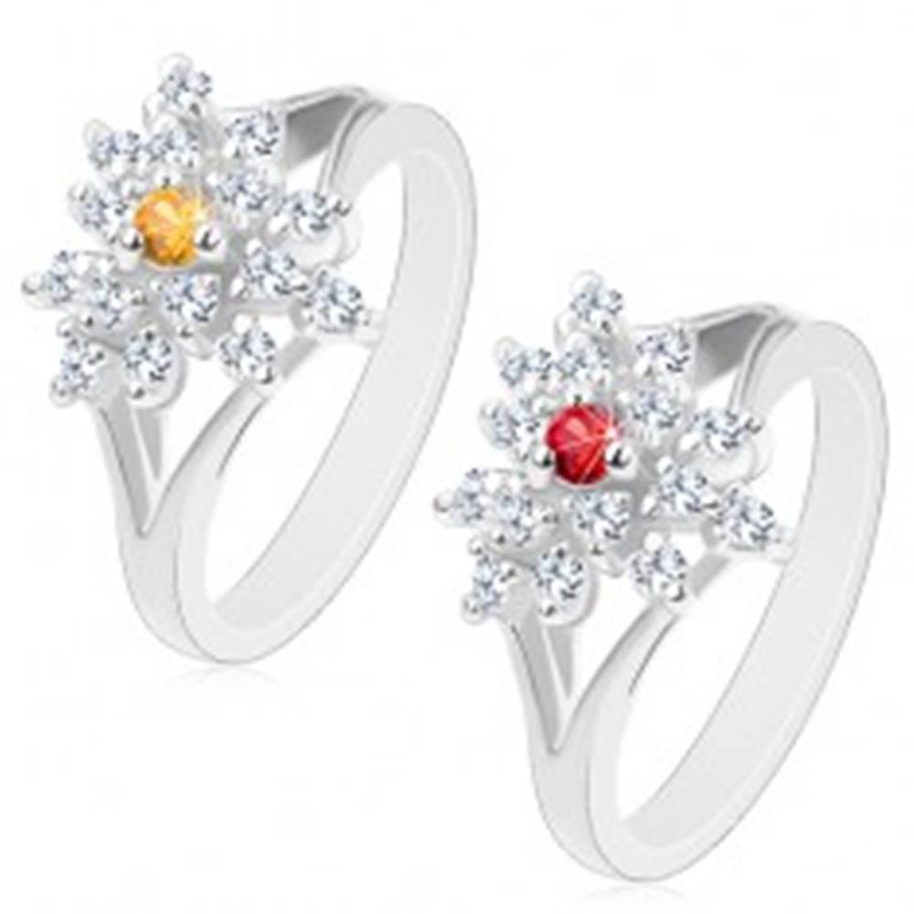 Šperky eshop Trblietavý prsteň s rozdelenými ramenami, číry zirkónový kvietok, farebný stred - Veľkosť: 53 mm, Farba: Červená