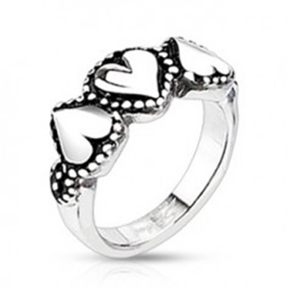 Šperky eshop Oceľový prsteň so srdiečkami - bodkované okraje, patinovaný - Veľkosť: 49 mm