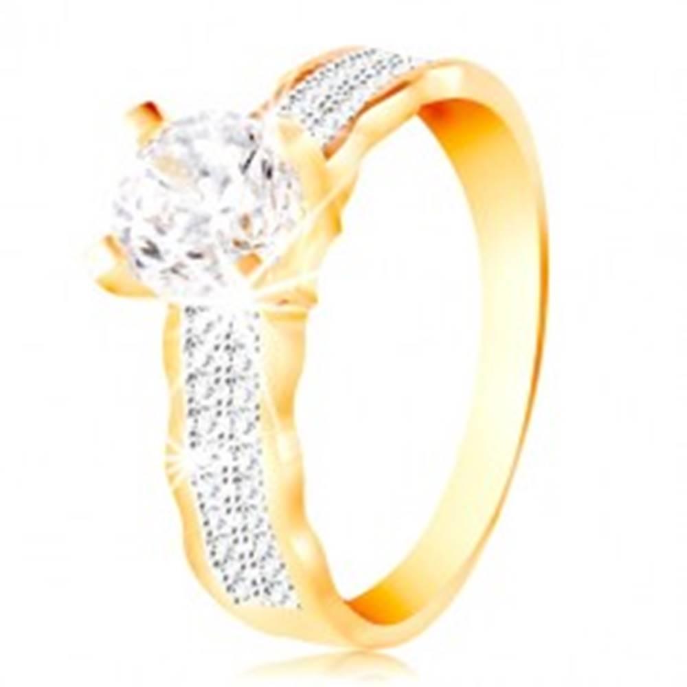 Šperky eshop Prsteň v 14K zlate - veľký číry zirkón v kotlíku, zirkónové línie, zvlnené okraje - Veľkosť: 49 mm
