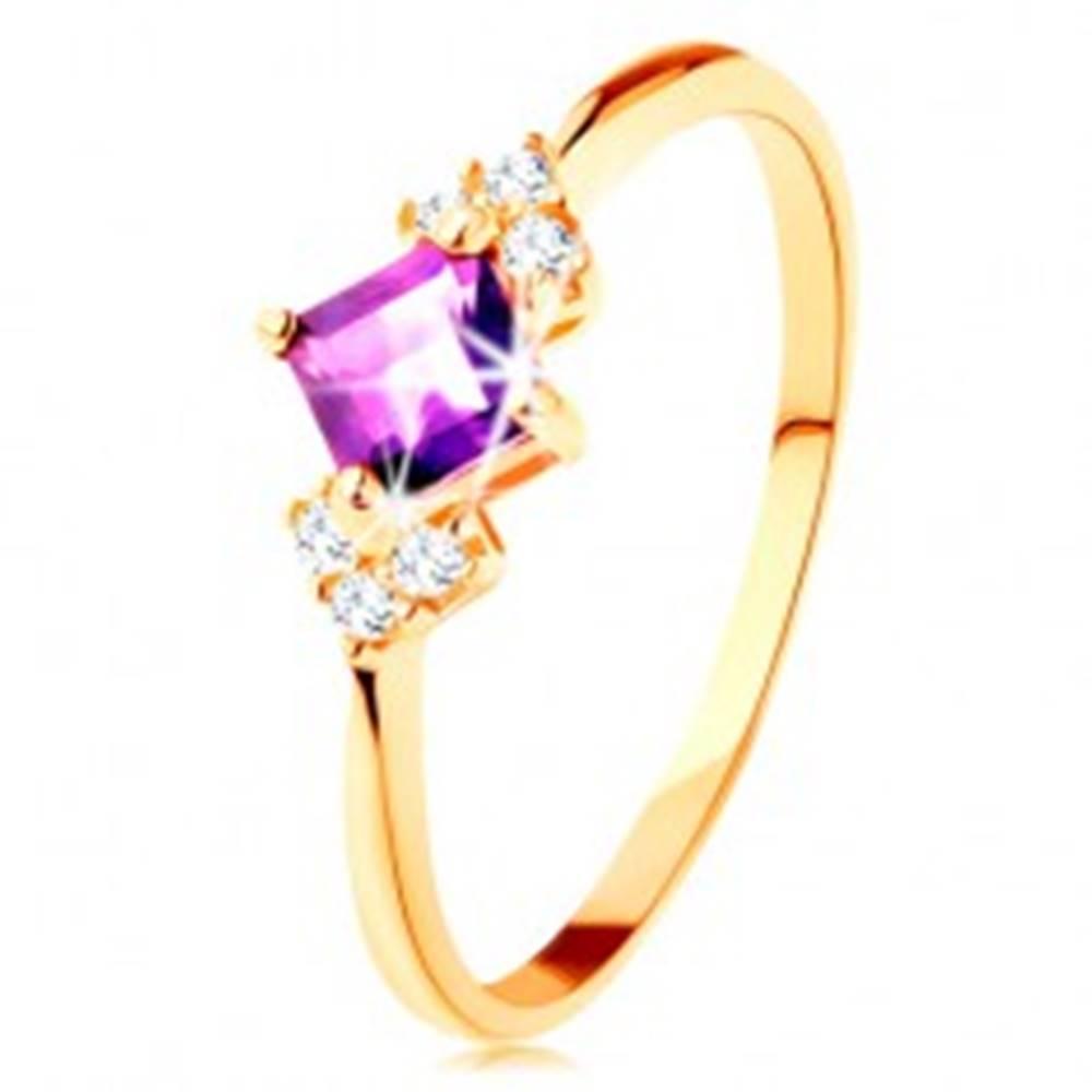 Šperky eshop Prsteň v žltom 14K zlate - fialový ametystový štvorček, číre zirkóniky - Veľkosť: 49 mm