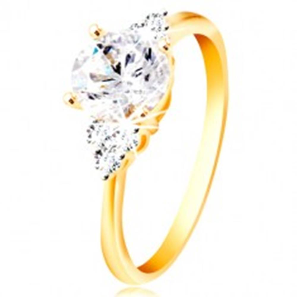 Šperky eshop Prsteň zo 14K zlata - veľký číry zirkón v strede, trojice zirkónikov po stranách - Veľkosť: 49 mm