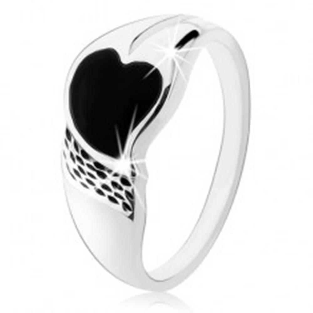Šperky eshop Prsteň zo striebra 925, asymetrické srdiečko z čierneho ónyxu, drobné zárezy - Veľkosť: 48 mm