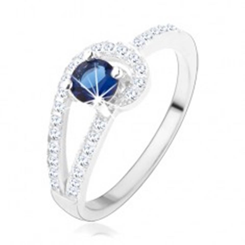 Šperky eshop Strieborný prsteň 925, trblietavé línie čírej farby, okrúhly modrý zirkón - Veľkosť: 49 mm
