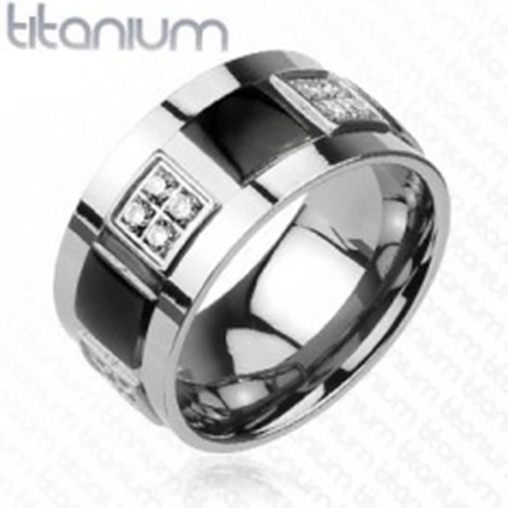 Šperky eshop Titánový prsteň zdobený čírymi zirkónmi a čiernymi štvorcami - Veľkosť: 59 mm