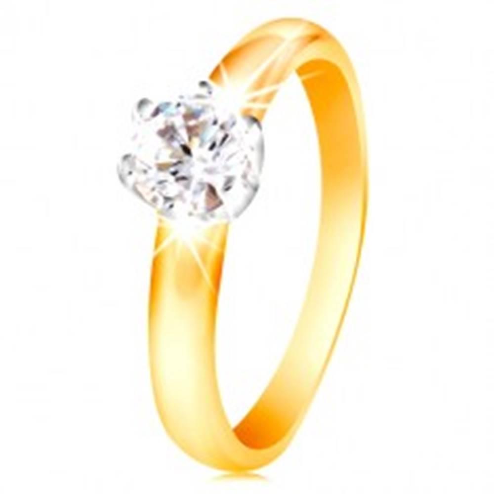 Šperky eshop Zlatý 14K dvojfarebný prsteň - číry zirkón v šesťcípom kotlíku, vypuklé ramená - Veľkosť: 48 mm