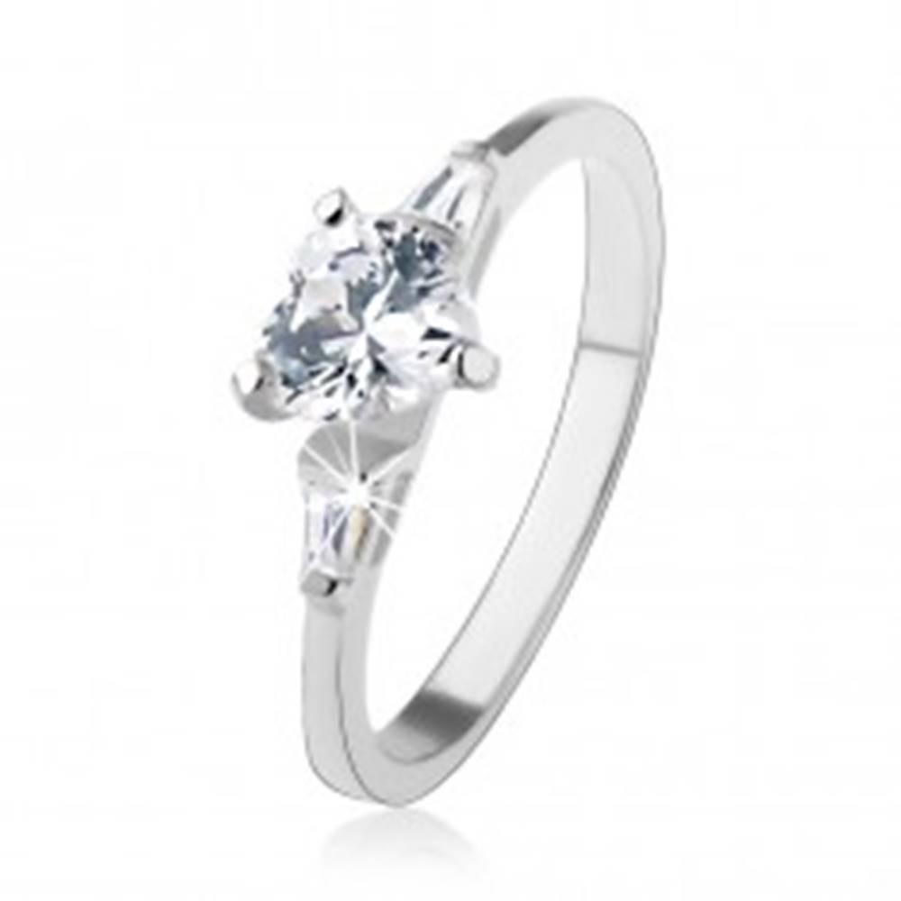 Šperky eshop Prsteň zo striebra 925, číre zirkónové srdiečko, lichobežníky po stranách - Veľkosť: 49 mm
