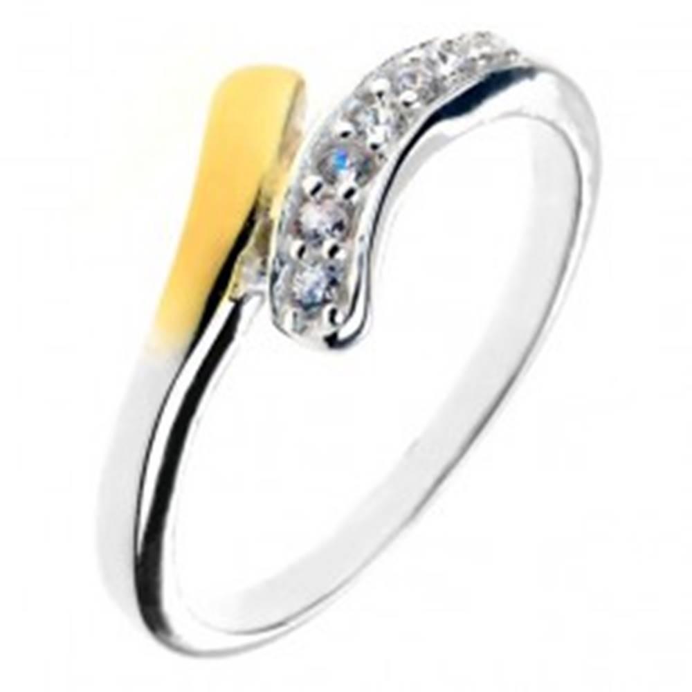 Šperky eshop Strieborný prsteň 925 - zaoblená línia so zirkónmi a koncom zlatej farby - Veľkosť: 49 mm