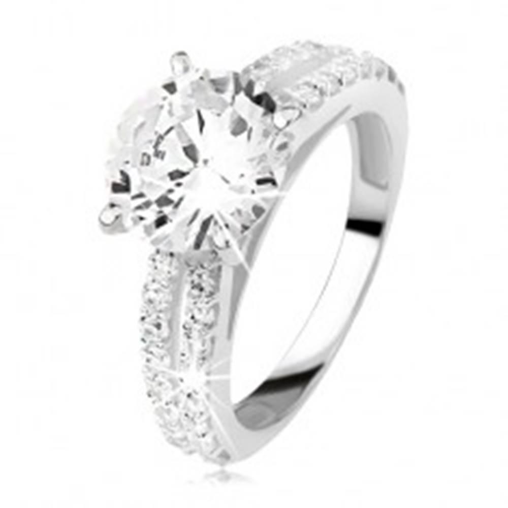 Šperky eshop Strieborný zásnubný prsteň 925 so zirkónom a zirkónovými pásmi - Veľkosť: 49 mm