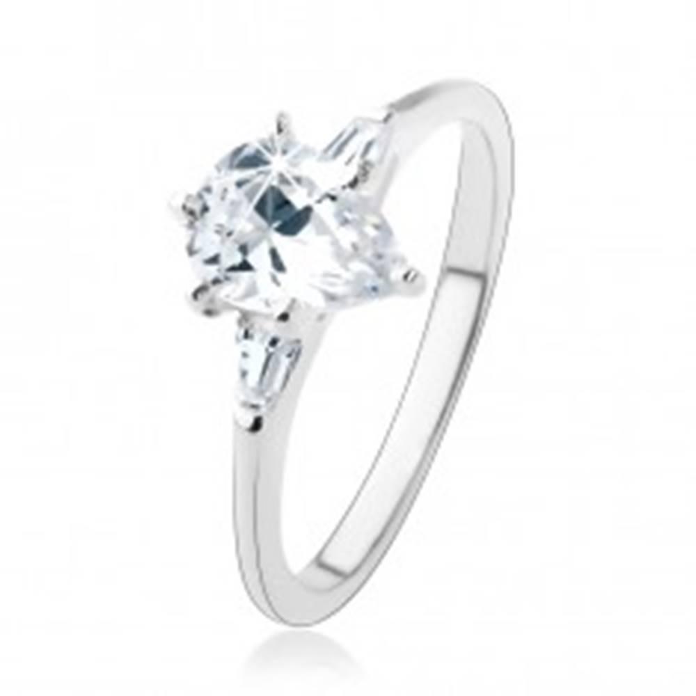 Šperky eshop Zásnubný prsteň zo striebra 925, číra zirkónová kvapka, dva lichobežníky - Veľkosť: 49 mm