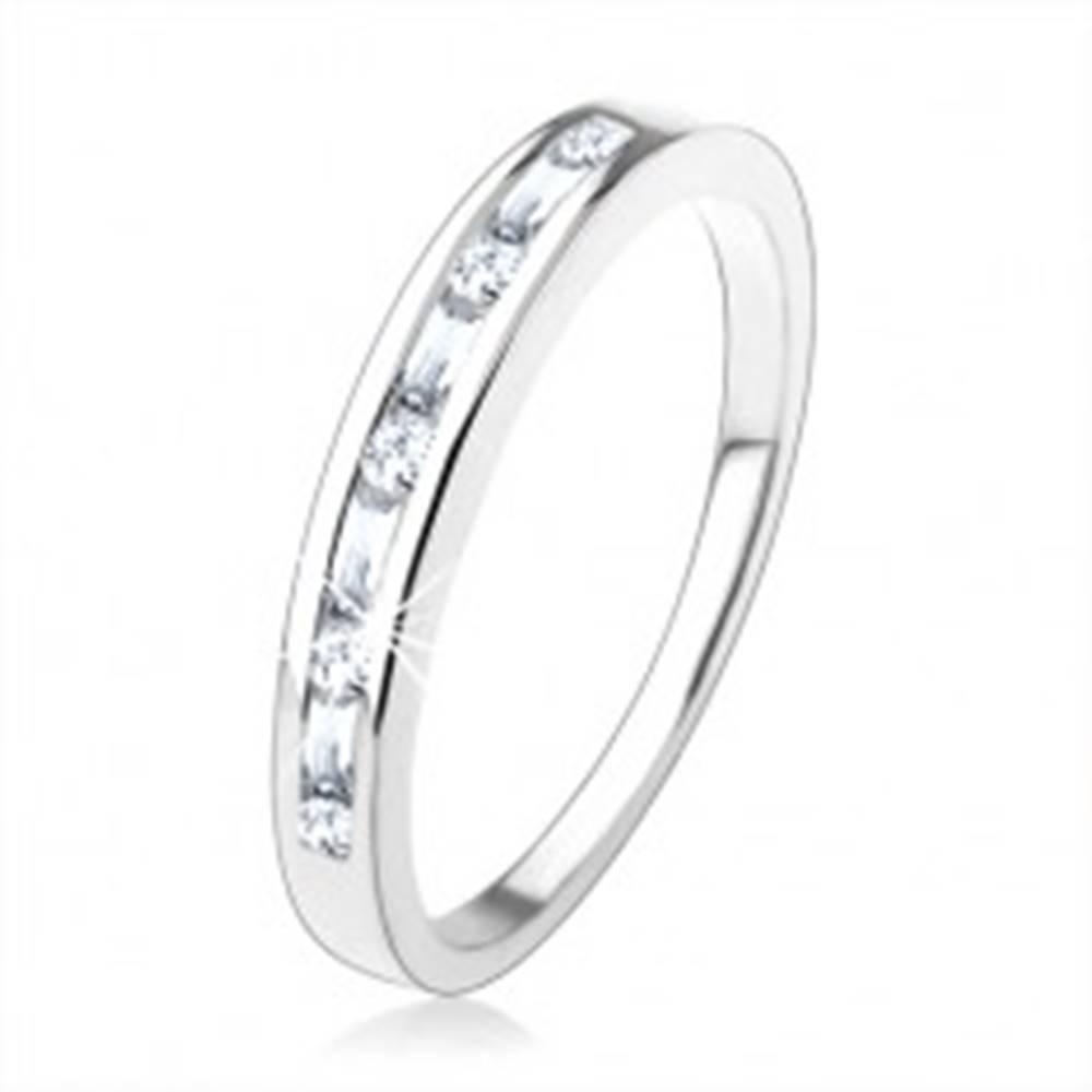 Šperky eshop Zásnubný prsteň zo striebra 925, drobné číre zirkóny vsadené v úzkom výreze - Veľkosť: 49 mm