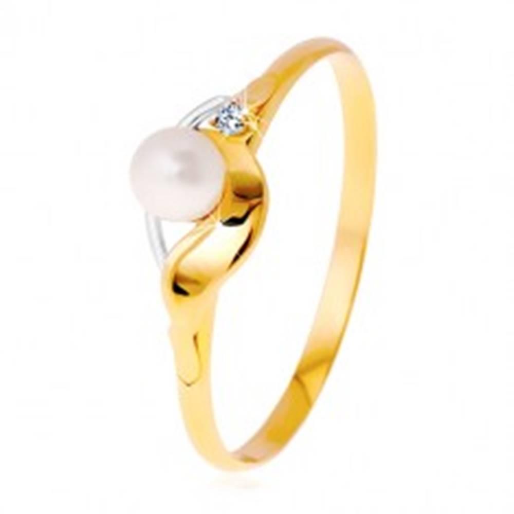 Šperky eshop Diamantový prsteň zo 14K zlata, dvojfarebné vlnky, číry briliant a biela perla - Veľkosť: 49 mm
