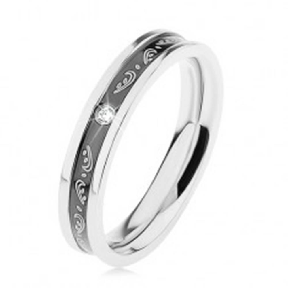 Šperky eshop Obrúčka z chirurgickej ocele, čierny vyhĺbený pás, ornamenty, číry zirkónik - Veľkosť: 49 mm