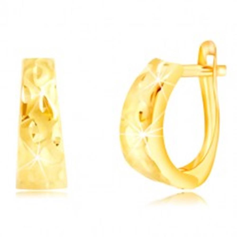Šperky eshop Náušnice zo žltého zlata 585 - rozšírený oblúk so zrniečkami a matnými vlnkami