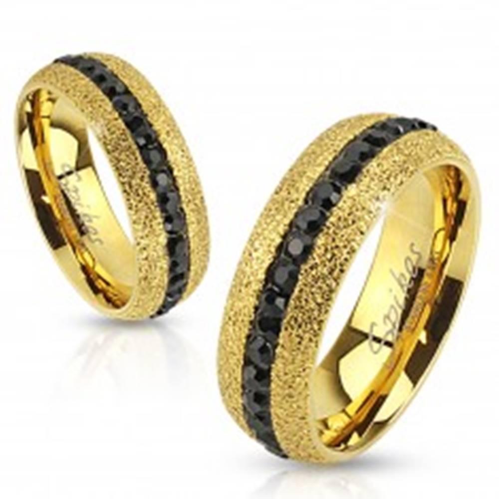 Šperky eshop Oceľový prsteň zlatej farby, trblietavý, so zirkónovým pásom, 6 mm - Veľkosť: 49 mm