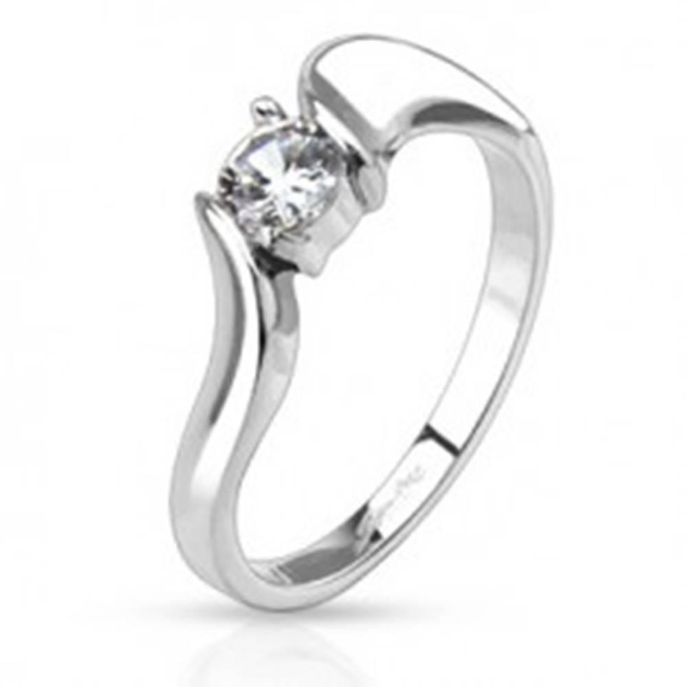 Šperky eshop Prsteň z ocele - číry okrúhly zirkón v strede a zvlnené ramená - Veľkosť: 49 mm