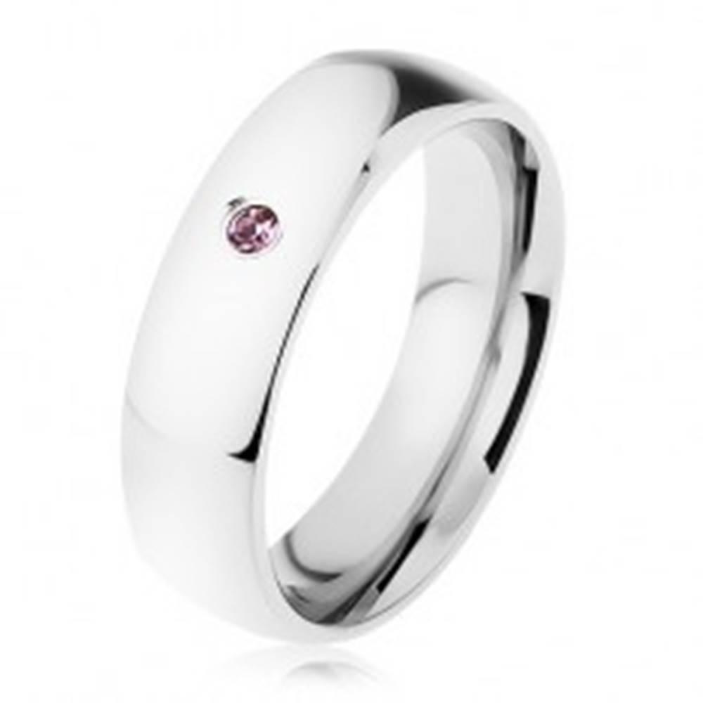 Šperky eshop Širšia oceľová obrúčka, strieborná farba, drobný zirkónik vo fialovom odtieni - Veľkosť: 49 mm