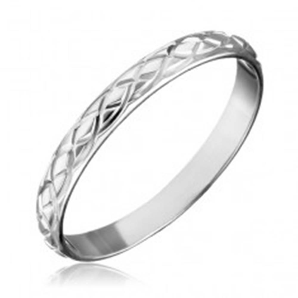 Šperky eshop Strieborný prsteň 925 - prepletané gravírované slzy - Veľkosť: 50 mm