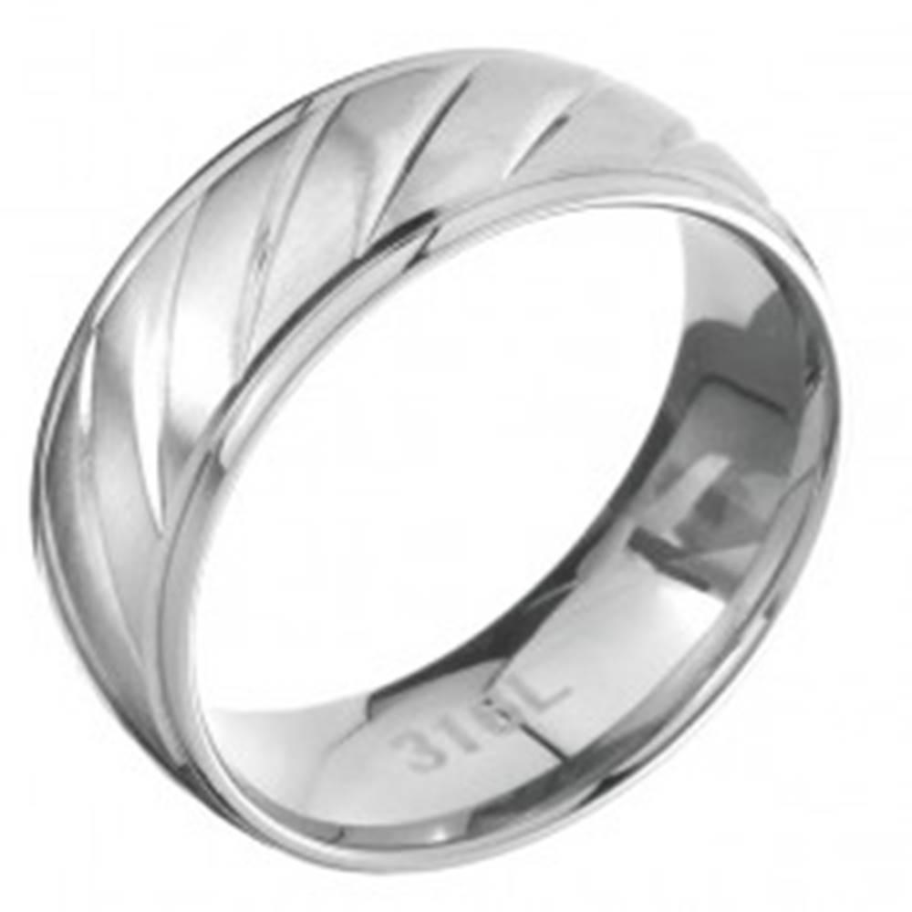 Šperky eshop Prsteň z ocele s lesklým lemom a matným vrúbkovaným stredom - Veľkosť: 57 mm
