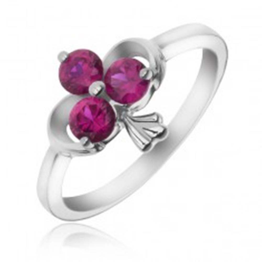 Šperky eshop Strieborný prsteň 925 - stuha a zirkónový trojlist fuksiovej farby - Veľkosť: 49 mm