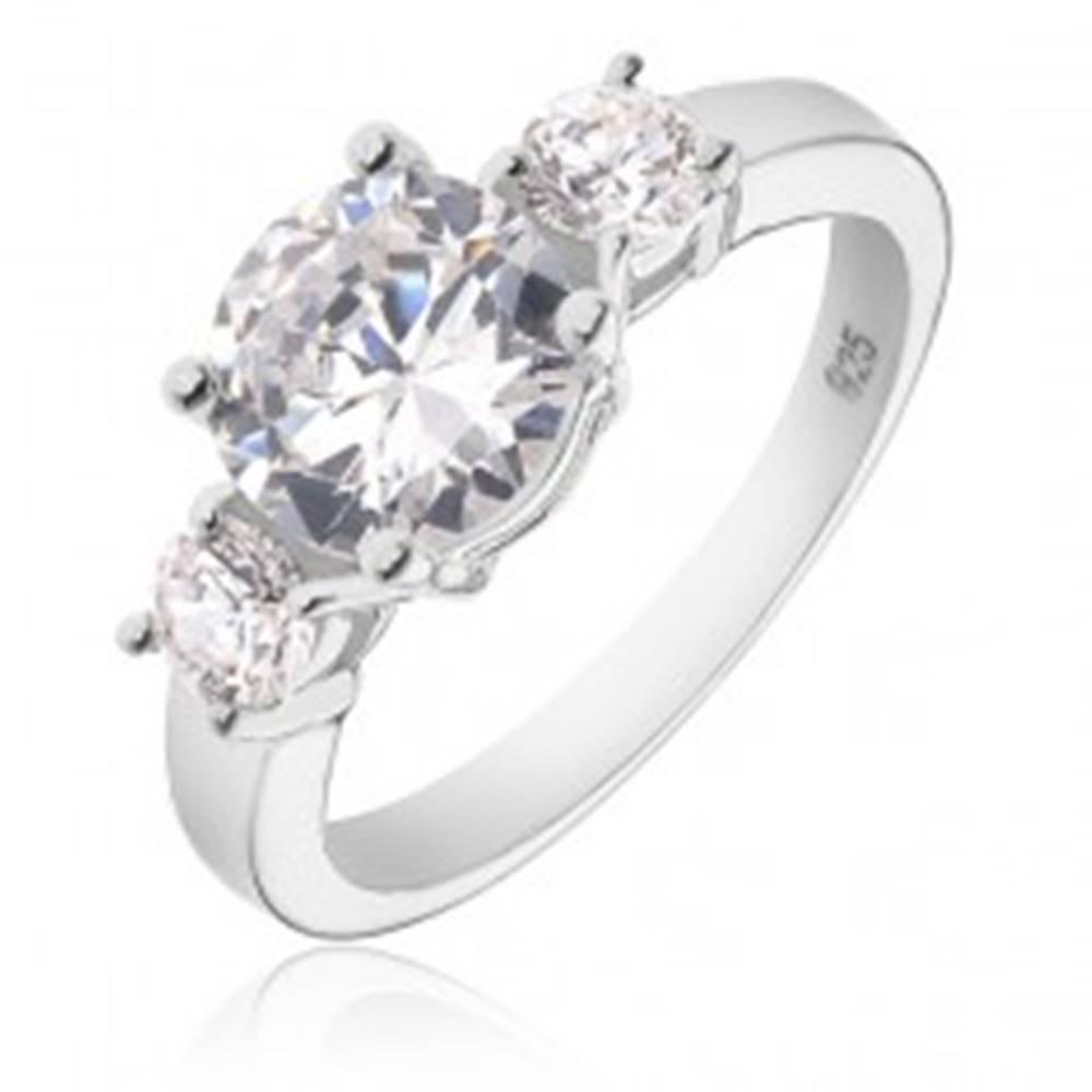 Šperky eshop Strieborný prsteň 925 - väčší okrúhly číry zirkón a dva menšie po stranách - Veľkosť: 49 mm