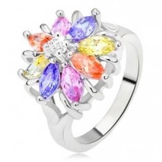Lesklý prsteň striebornej farby, farebný kvet z brúsených kamienkov - Veľkosť: 48 mm