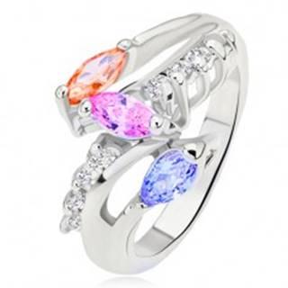 Prsteň striebornej farby, farebné zrniečkové kamienky, oblá číra línia - Veľkosť: 49 mm