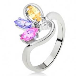 Prsteň striebornej farby so zvlneným ramenom a zrniečkovými zirkónmi - Veľkosť: 48 mm