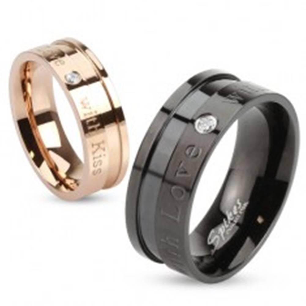 Šperky eshop Čierna obrúčka z ocele 316L, nápisy a vsadený okrúhly zirkónik čírej farby, 8 mm - Veľkosť: 60 mm