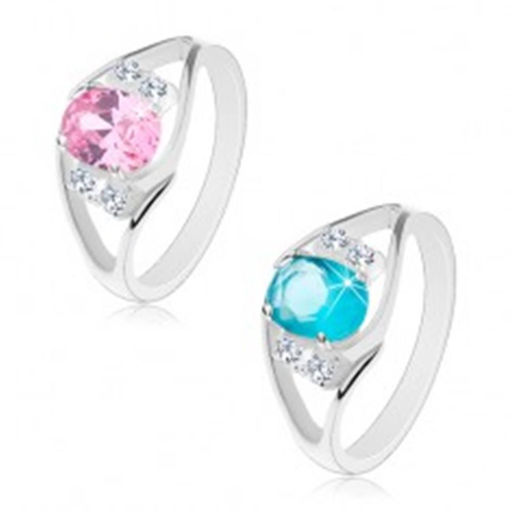Šperky eshop Lesklý prsteň s rozdvojenými ramenami, oválny zirkón a číre zirkóniky po bokoch - Veľkosť: 52 mm, Farba: Ružová