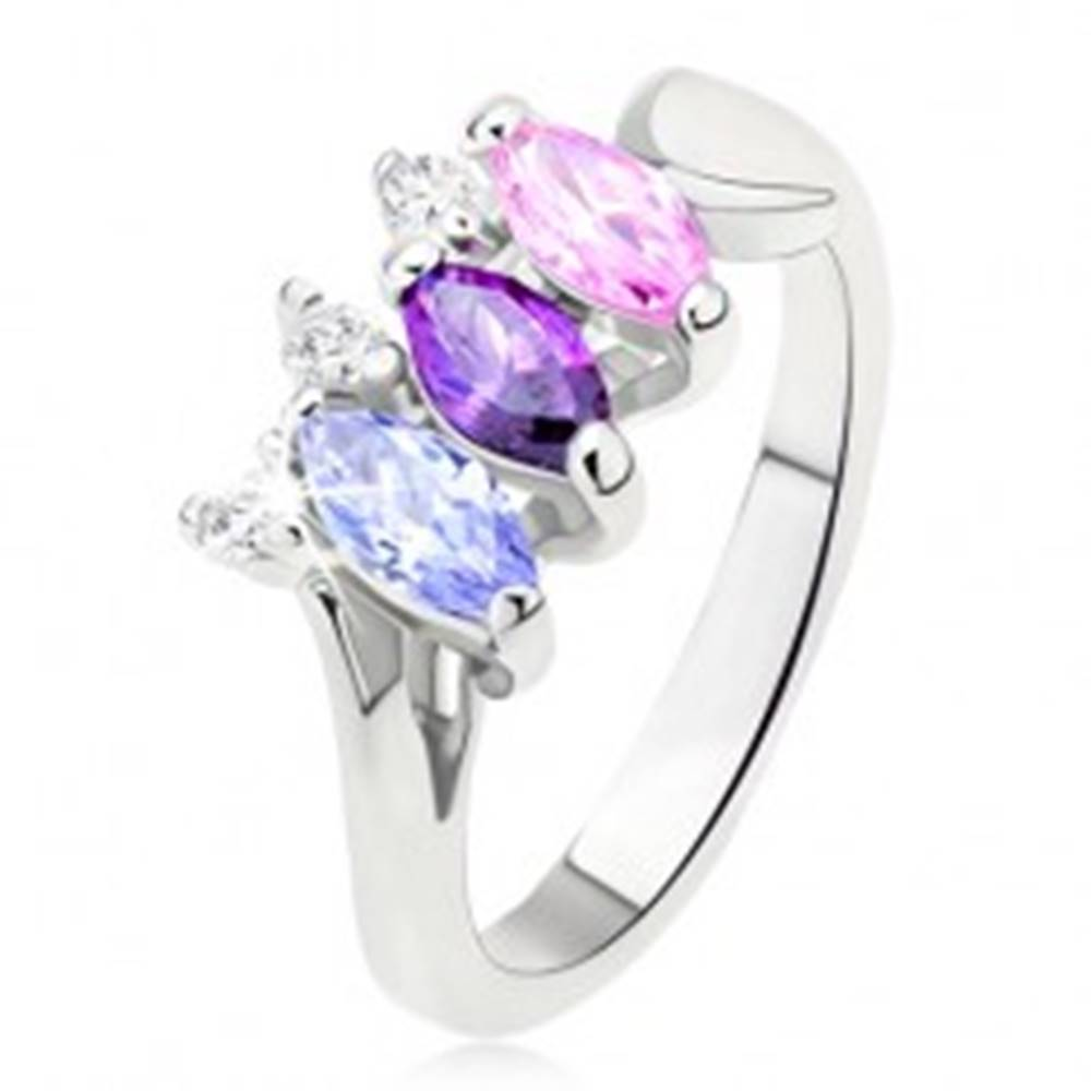 Šperky eshop Lesklý prsteň striebornej farby s farebnými kamienkami usporiadanými vedľa seba - Veľkosť: 49 mm