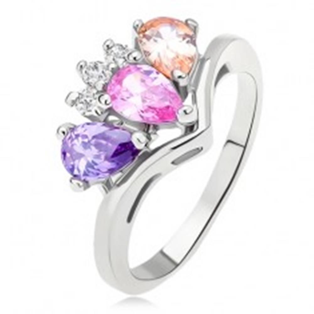 Šperky eshop Lesklý prsteň, zakrivené rameno, farebné zirkóny slza, číra korunka - Veľkosť: 48 mm