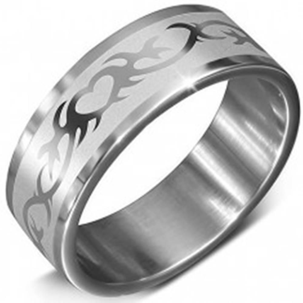 Šperky eshop Oceľová obrúčka v striebornej farbe s potlačou srdca v ornamente - Veľkosť: 54 mm