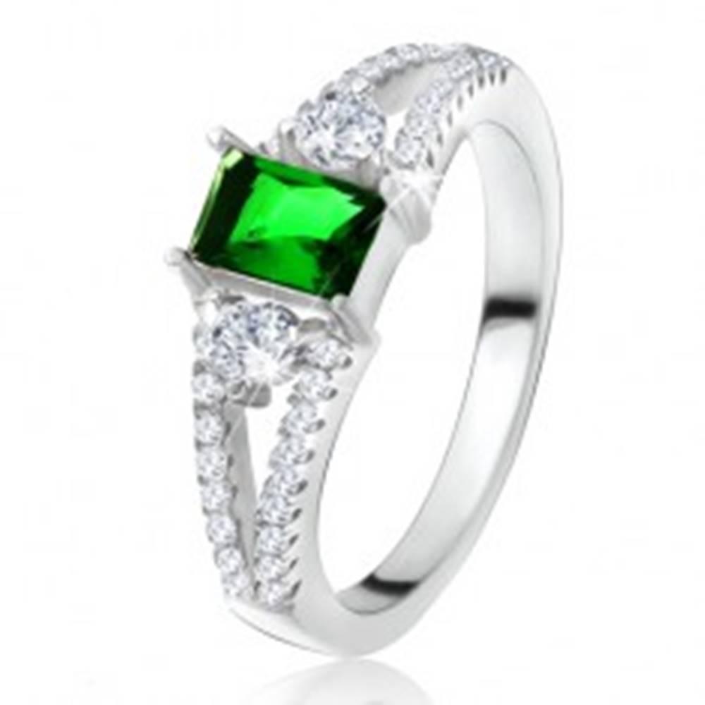 Šperky eshop Prsteň - obdĺžnikový zelený kameň, rozvetvené ramená, číre zirkóny, striebro 925 - Veľkosť: 50 mm