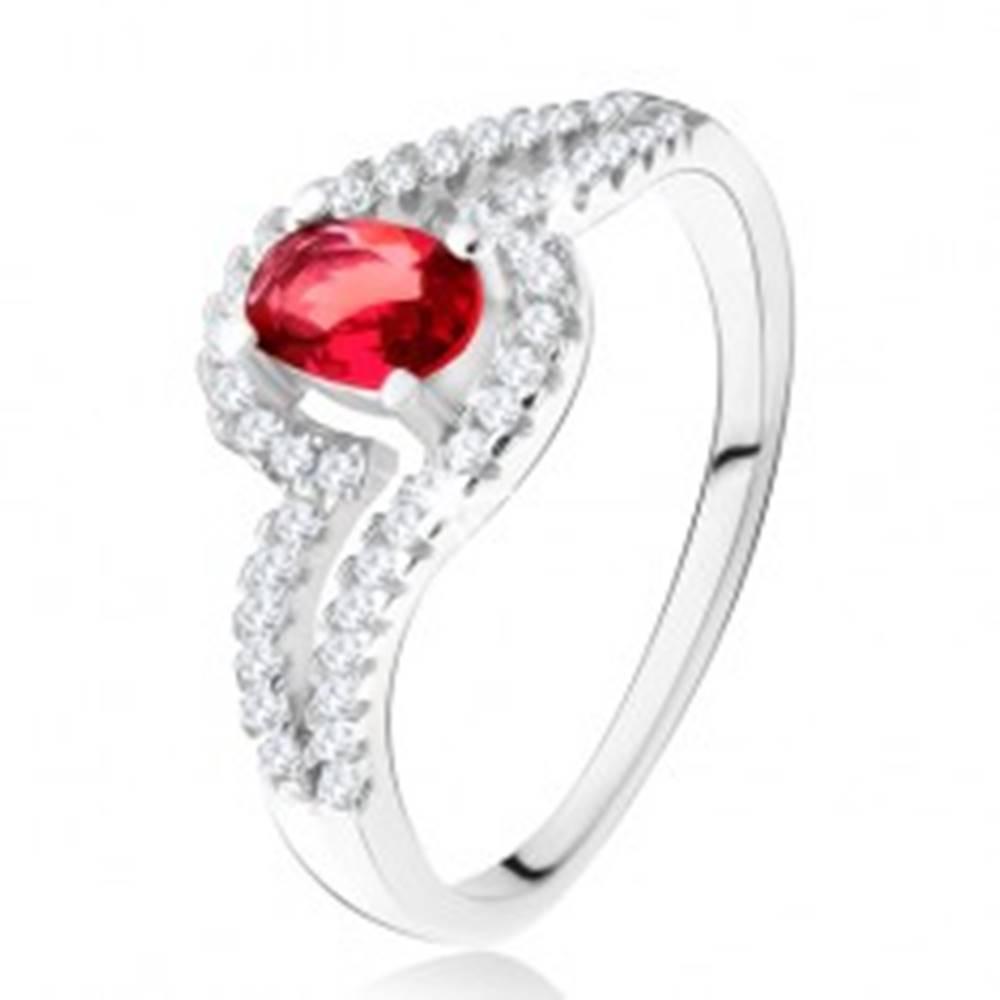 Šperky eshop Prsteň s oválnym červeným kameňom, zvlnené zirkónové ramená, striebro 925 - Veľkosť: 49 mm