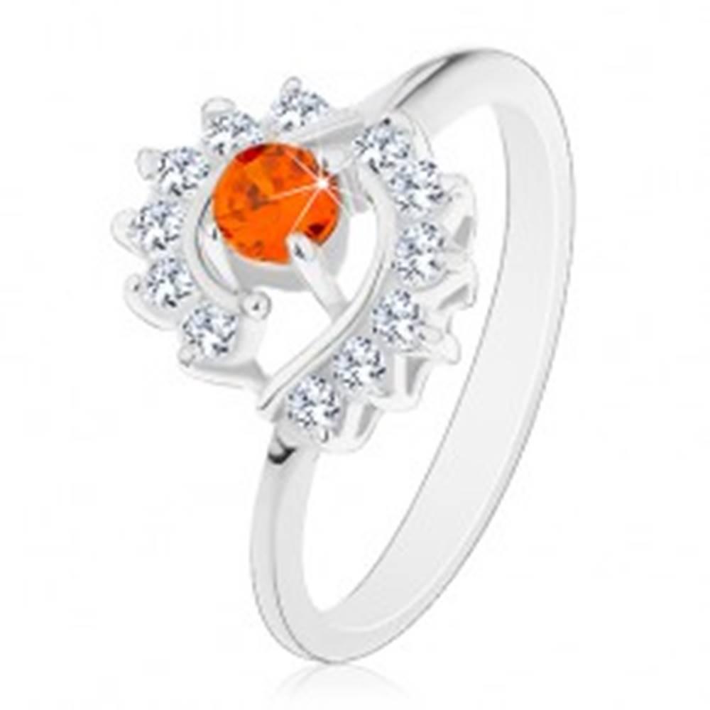 Šperky eshop Prsteň striebornej farby, číre zirkónové oblúky, okrúhly oranžový zirkón - Veľkosť: 49 mm, Farba: Oranžová