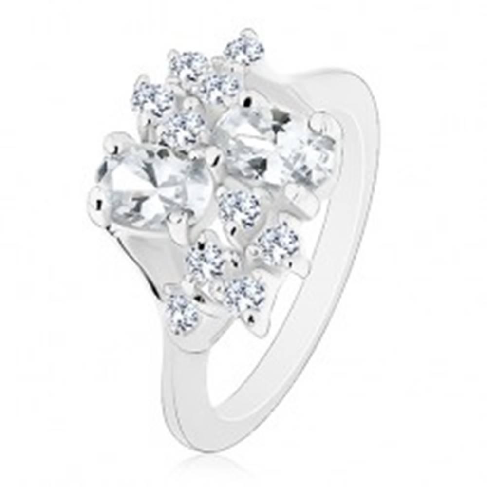 Šperky eshop Prsteň striebornej farby so zúženými ramenami, číre oválne a okrúhle zirkóniky - Veľkosť: 49 mm