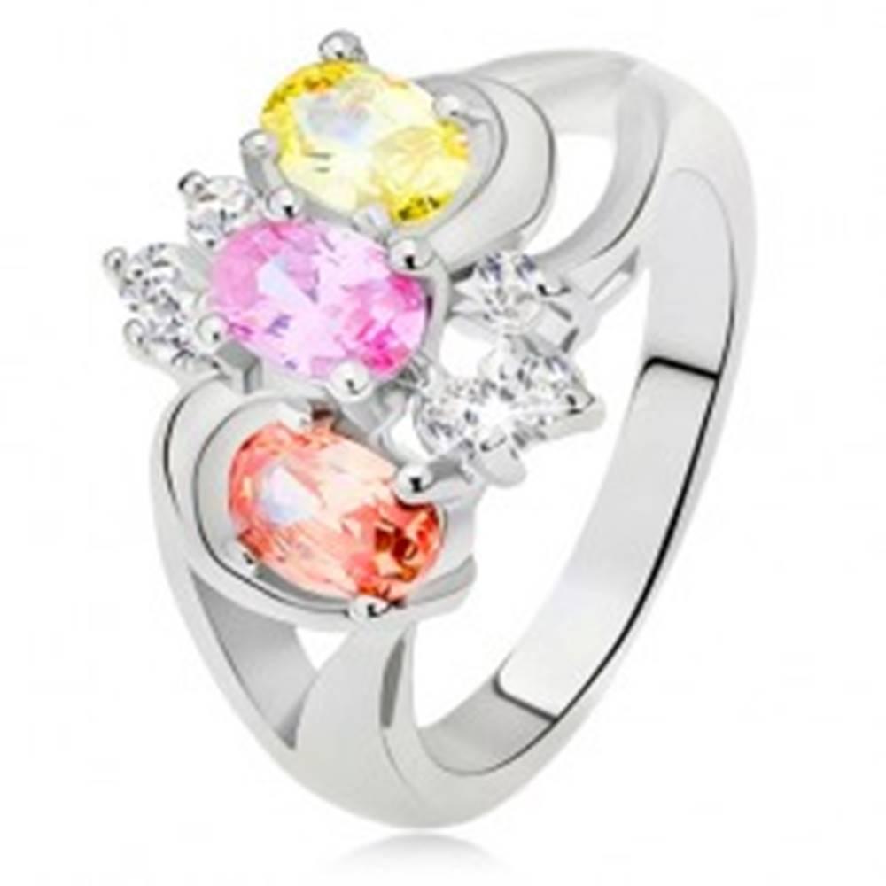 Šperky eshop Prsteň - tri farebné kamienky, rozdvojené ramená, oblúky, číre zirkóny - Veľkosť: 49 mm