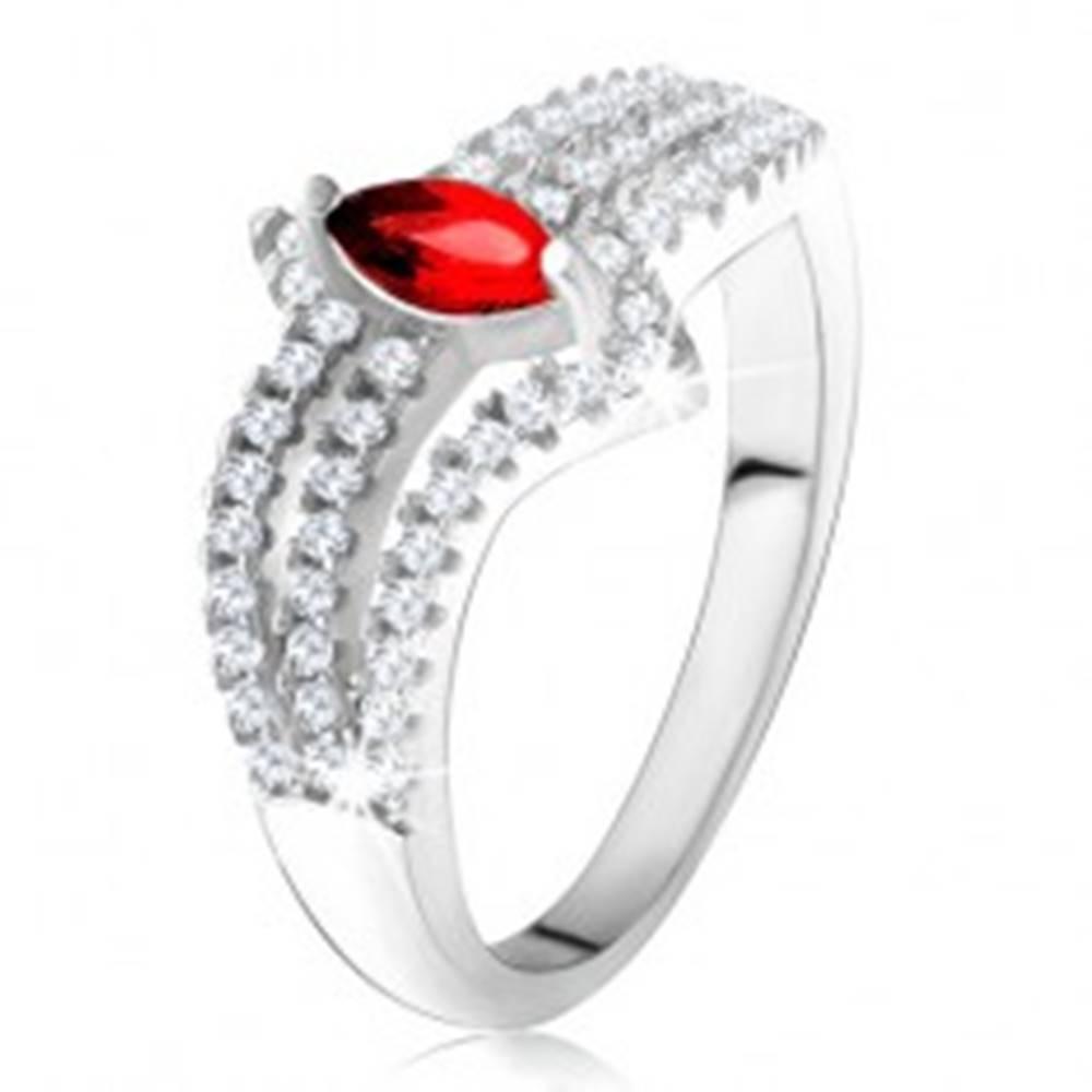 Šperky eshop Prsteň zo striebra 925, červený zrniečkový kameň, tri zirkónové línie - Veľkosť: 49 mm