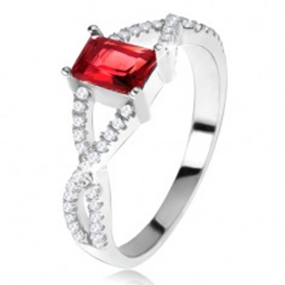 Šperky eshop Prsteň zo striebra 925, prekrížené zirkónové ramená, hranatý červený kameň - Veľkosť: 49 mm