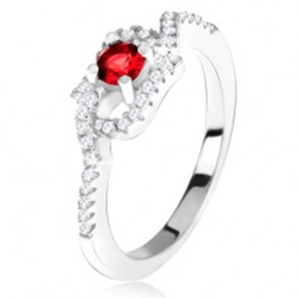 Šperky eshop Strieborný 925 prsteň, červený kamienok, zatočené zirkónové ramená - Veľkosť: 49 mm