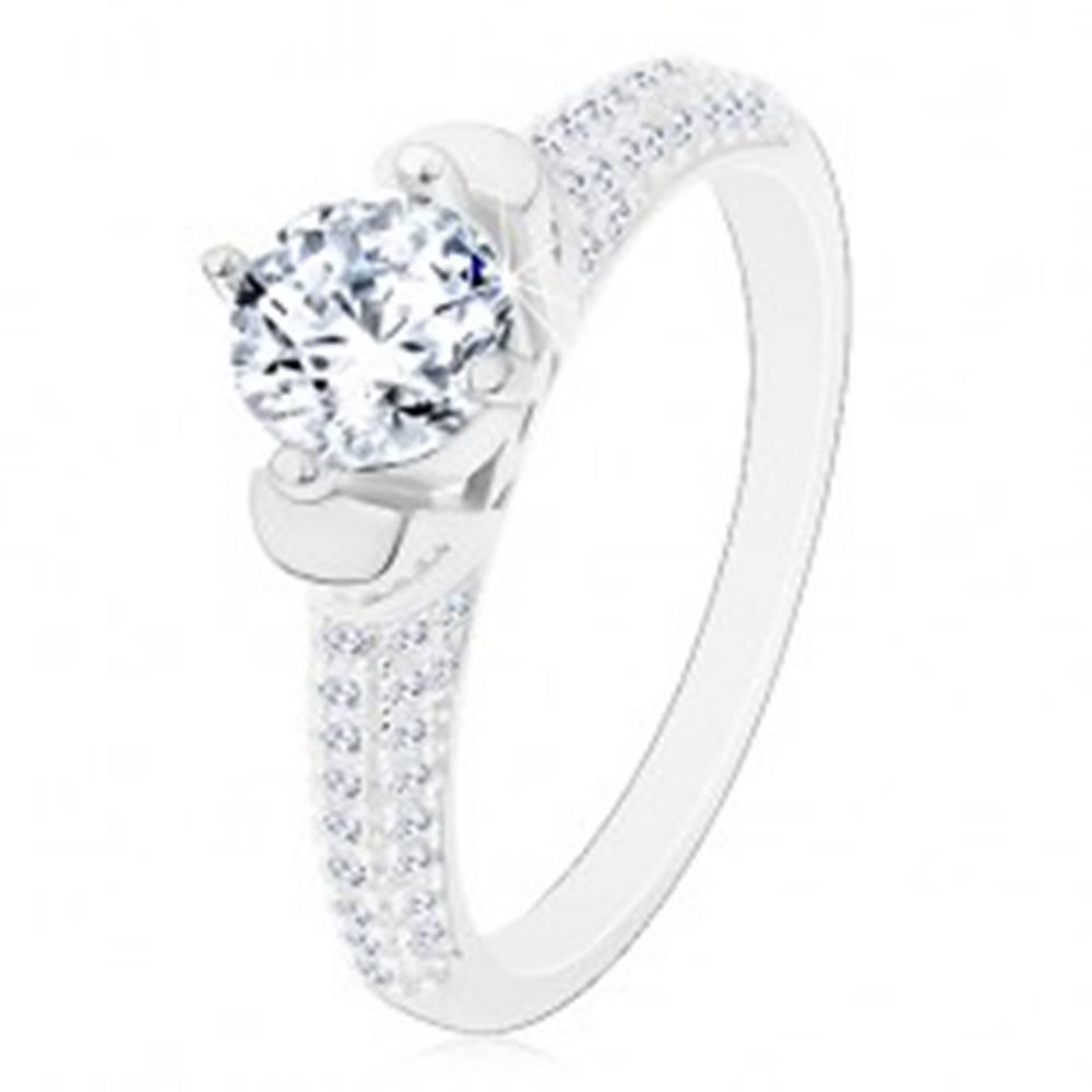 Šperky eshop Strieborný prsteň 925, okrúhly číry zirkón v dekoratívnom kotlíku, ligotavé ramená - Veľkosť: 48 mm