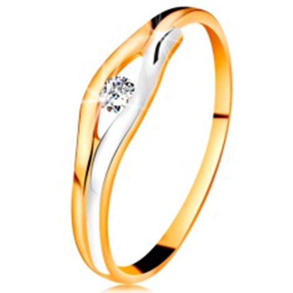 Šperky eshop Briliantový prsteň v 14K zlate - diamant v úzkom výreze, dvojfarebné línie - Veľkosť: 48 mm