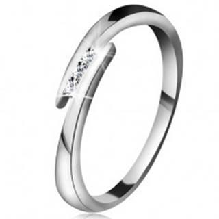 Prsteň z bieleho 14K zlata - tenké lesklé ramená, tri ligotavé číre brilianty - Veľkosť: 49 mm