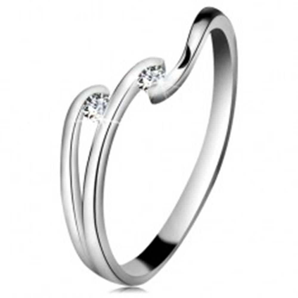 Šperky eshop Diamantový prsteň z bieleho 14K zlata - dva ligotavé číre brilianty, lesklé línie ramien - Veľkosť: 49 mm