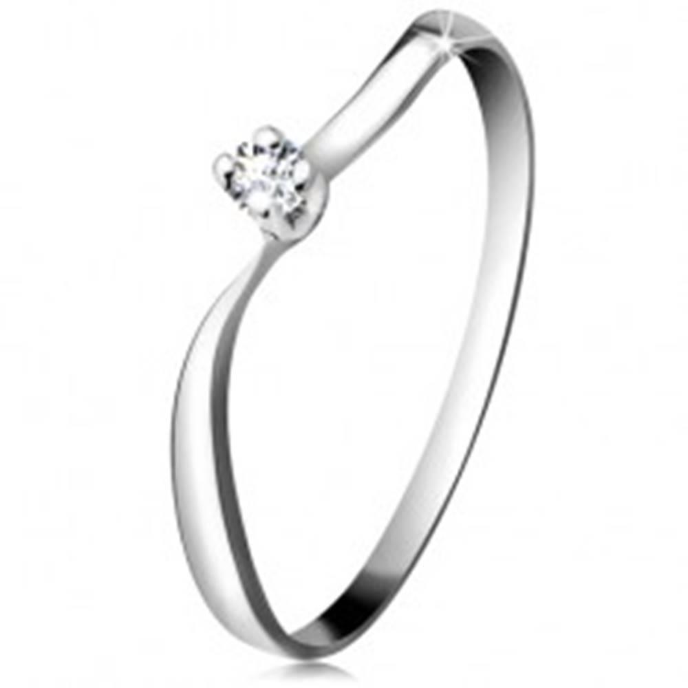 Šperky eshop Diamantový prsteň z bieleho 14K zlata - ligotavý briliant v kotlíku, zvlnené ramená - Veľkosť: 48 mm