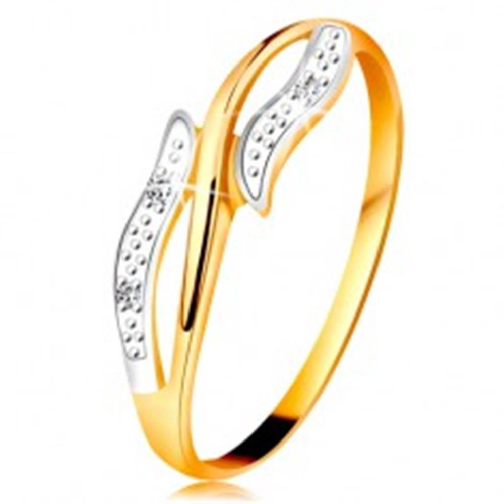 Šperky eshop Diamantový prsteň zo 14K zlata, zvlnené dvojfarebné ramená, tri číre diamanty - Veľkosť: 49 mm