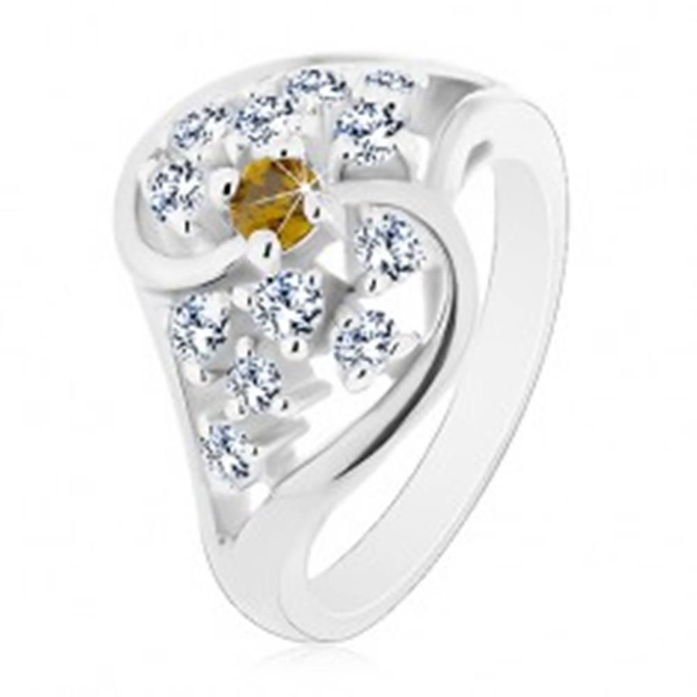 Šperky eshop Lesklý prsteň so zvlnenými ramenami striebornej farby, číre a zelené zirkóny - Veľkosť: 54 mm