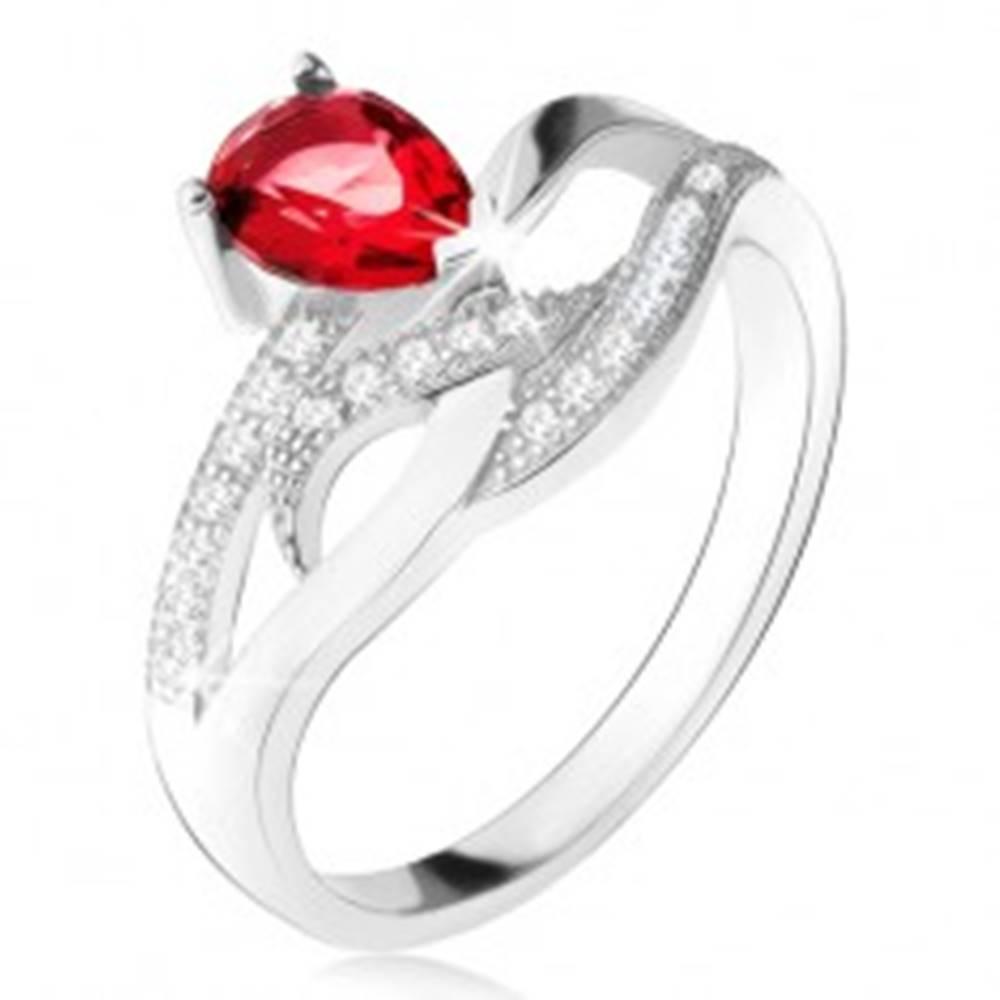 Šperky eshop Lesklý prsteň zo striebra 925, červený kameň v tvare slzy, zvlnené zirkónové línie - Veľkosť: 50 mm