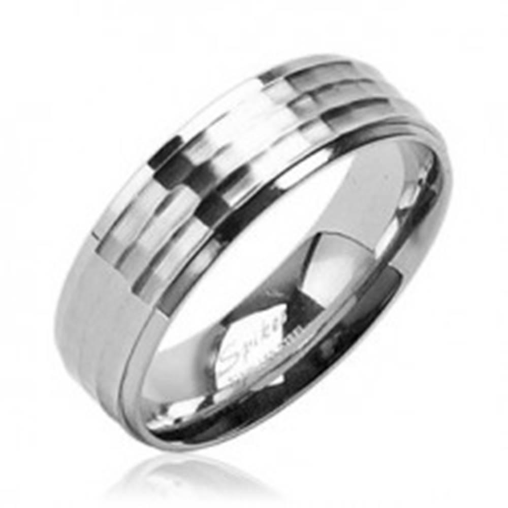 Šperky eshop Obrúčka z chirurgickej ocele s matným stredovým pruhom a lesklým okrajom - Veľkosť: 49 mm